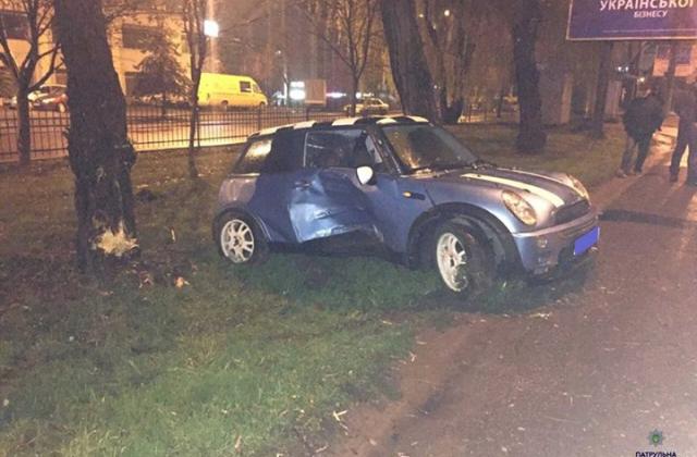 У Львові п'яний митник на MINI Cooper не розминувся з деревом та розтрощив  авто (ФОТО)