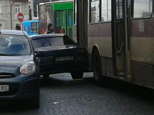 У Львові легковик затисло між тролейбусом і припаркованим авто (ФОТО)