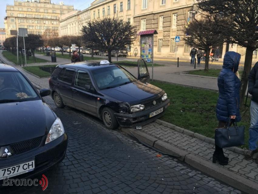У центрі Львова таксі зіткнулоcя з легковиком (ФОТО)