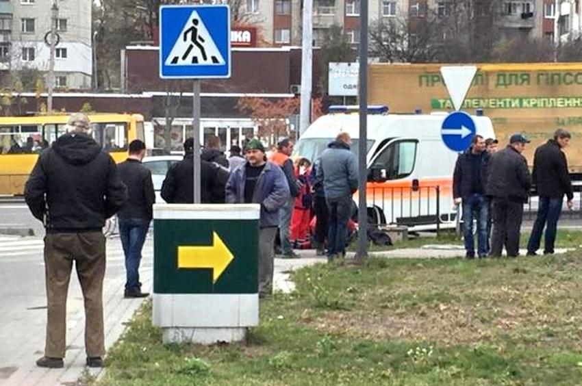 У Львові авто на смерть збило жінку, яка стояла на бордюрі (фото)