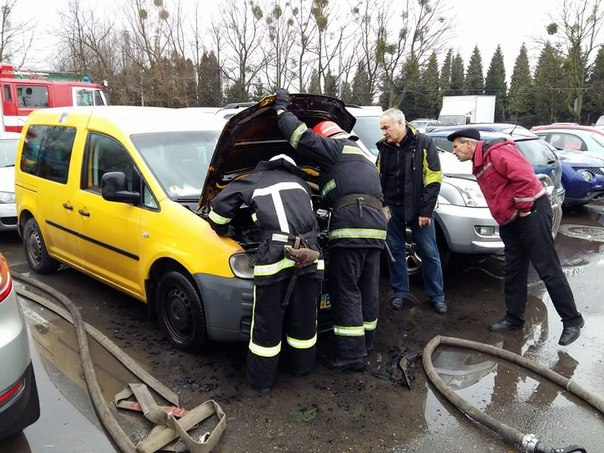 На автостоянці у Львові загорівся автомобіль (ФОТО)