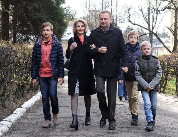Садовий не взяв всіх дітей на голосування і закликав себе поважати львів'ян (Фото)