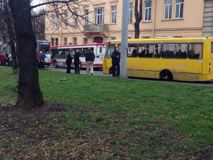 В центрі Львова у маршрутки відпало колесо