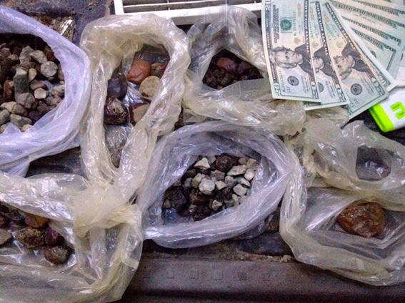 На Житомирщині поліцейські вилучили бурштин та спецобладнання на 60 тис. грн