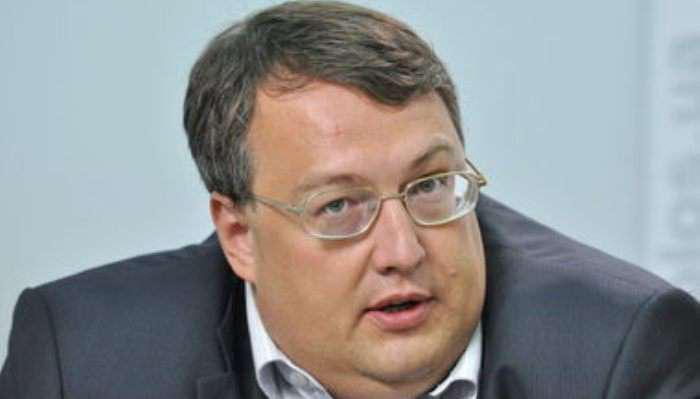 Барна вручил Геращенко необычный «презент» (ВИДЕО)