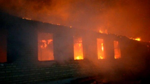 Сильна пожежа охопила військову частину на Одещині
