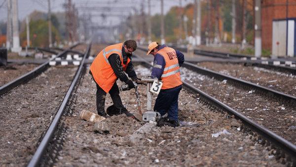 На Львівщині вантажний потяг зійшов з рейок, 2 вагони впали в річку (ВІДЕО)