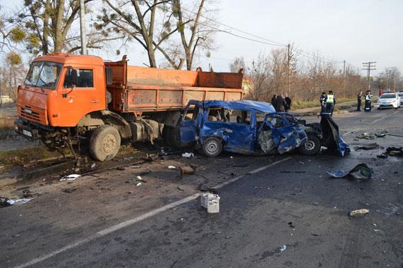 В Ровно полицейский спровоцировал ДТП с участием 3-х авто (Фото)
