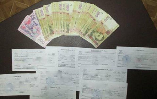 """В Николаеве изъяли более 100 тыс. грн у мужчины, который """"помогал"""" студентам сдавать сессию"""