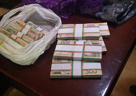 У Миколаївській обл. на отриманні хабара у 40 тис. грн затримали поліцейського