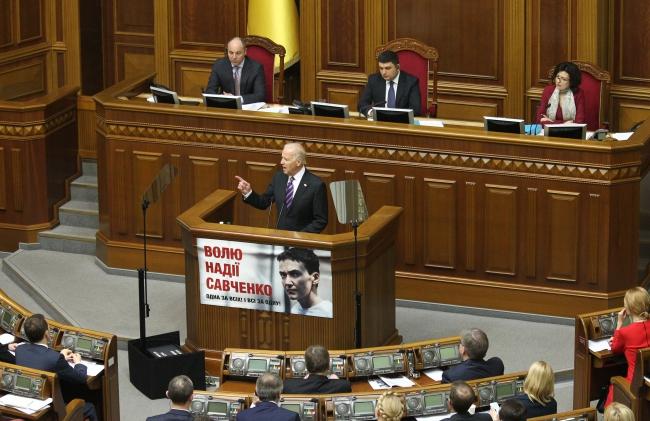 Куди Байден показував пальцем, коли говорив про корупцію в Україні? (ВІДЕО)