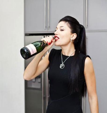 Гламурна київська суддя не соромиться розкішного життя та п`є шампанське з горла (ФОТО)
