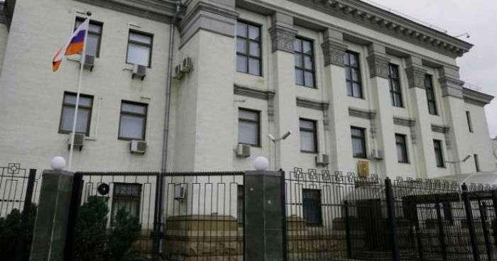 У Києві закрили посольство Росії – очевидці