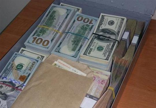 На хабарі у 50 тисяч доларів спіймали одного з керівників столичного управління юстиції