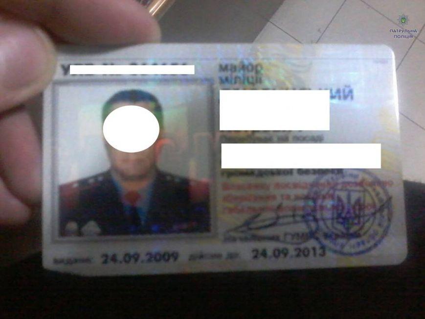 Нетверезий екс-міліціонер погрожував поліцейським звільненням (ФОТО)