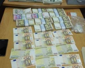 В сейфе чиновника Минобороны нашли кучу гривен, долларов и евро (ФОТО)