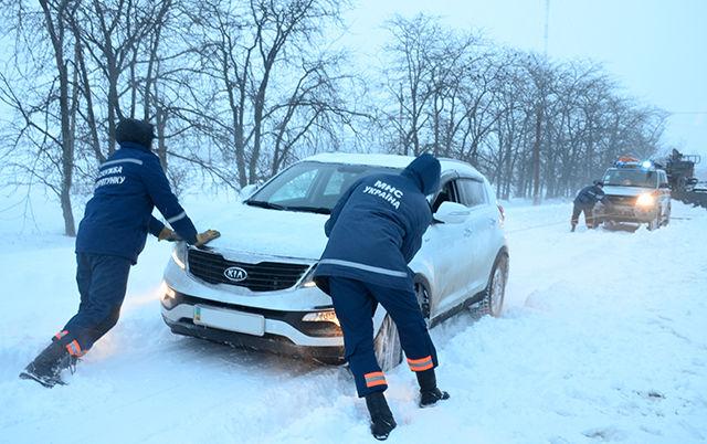 В Харьковской области спасатели вызволили из снежных заносов более 60 автомобилей