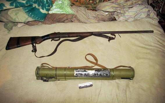 Возле Славянска полиция изъяла у мужчины более килограмма конопли и арсенал оружия