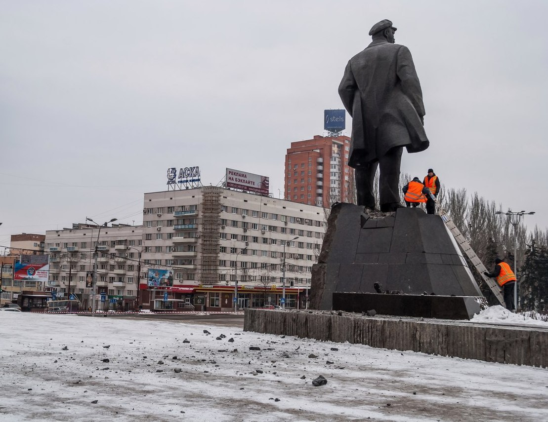 В центре оккупированного Донецка подорвали Ленина: опубликованы фото