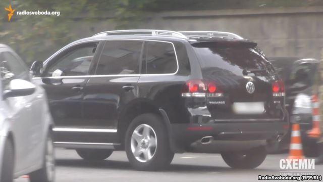 Автомобілі мам і дружин. Журналісти показали розкішний автопарк, яким користуються співробітники СБУ (Відео)
