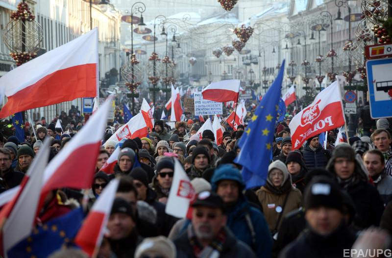 Тисячі поляків вийшли на акцію протесту проти закону про поліцейський контроль (ФОТО)