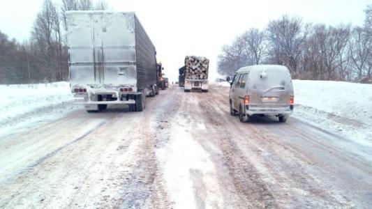 В Николаевской обл. из снежных заносов спасатели вытащили десятки авто