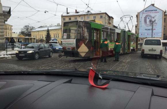У центрі Львова зійшов з рейок трамвай (ФОТО)