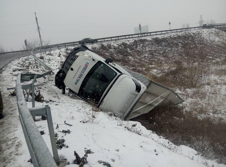 У Львові на об'їзній перекинулася вантажівка (ФОТО)