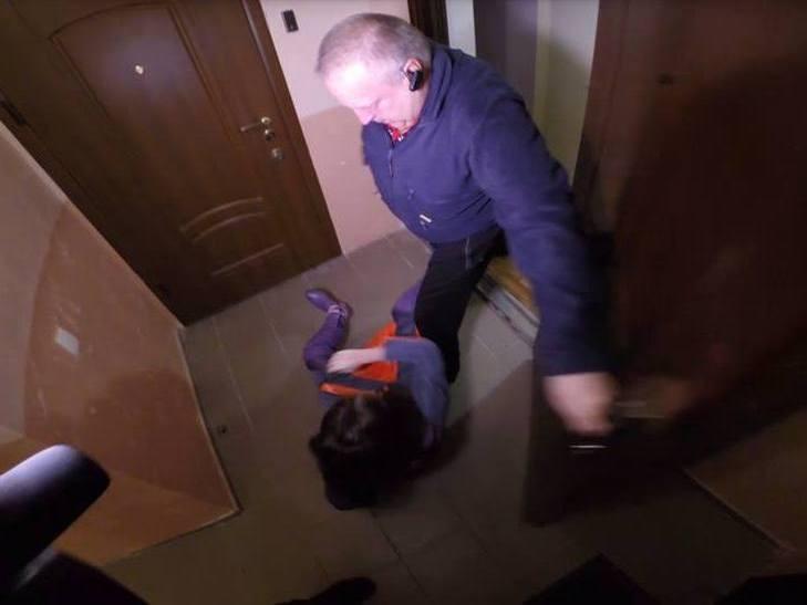 В Одессе начальник одного из ЖЭКов избил журналистку, когда она снимала репортаж