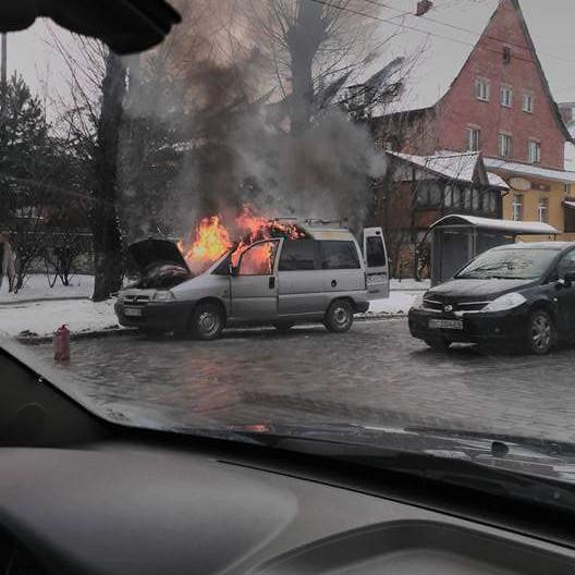 У Львові біля зупинки громадського транспорту спалахнув автомобіль (ФОТО)