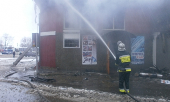 На Рівненщині майже 5 годин горів двоповерховий магазин (ФОТО, ВІДЕО)