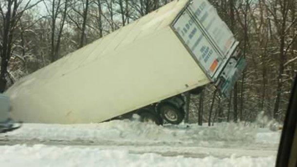 Масова аварія через негоду на Київщині: фура злетіла у кювет, є жертви (ФОТО)