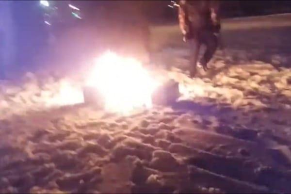 """У Харкові """"народні месники"""" спалили """"точку"""" наркоторговців (Відео)"""