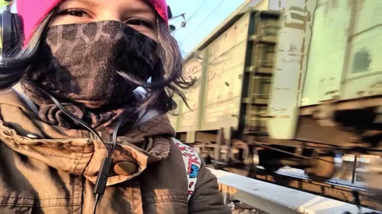 Ця дівчина зробила селфі на фоні поїзда, далі її дії не піддаються логіці (ФОТО+18)