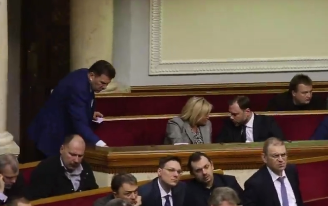 Депутата від БПП викрили у кнопкодавстві (Відео)
