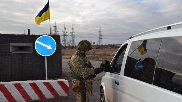 Один із пунктів в'їзду-виїзду на Донбасі знову запрацював після обстрілу