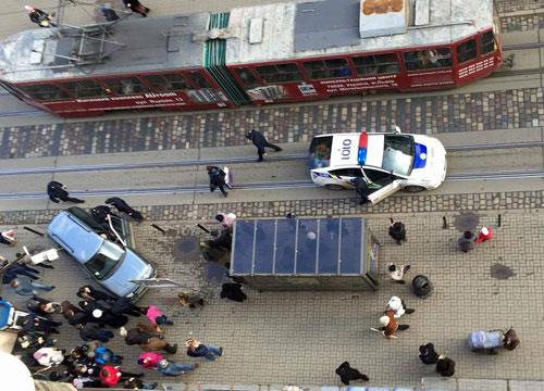 У Львові вдруге за добу автомобіль вискочив на зупинку, повну людей (Фото)