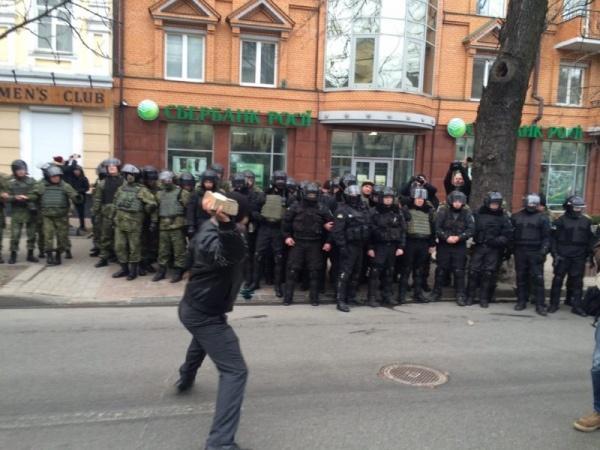 Активисты забросали камнями офис Ахметова в Киеве и отделение Сбербанка России