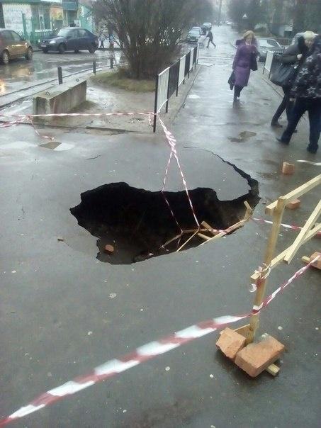У Львові посеред вулиці утворилося величезне провалля (ФОТО)
