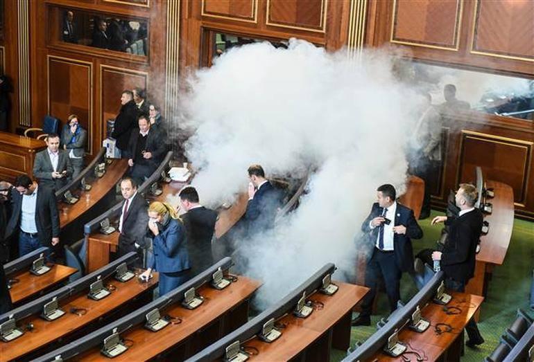 Опозиція влаштувала газову атаку в парламенті Косово