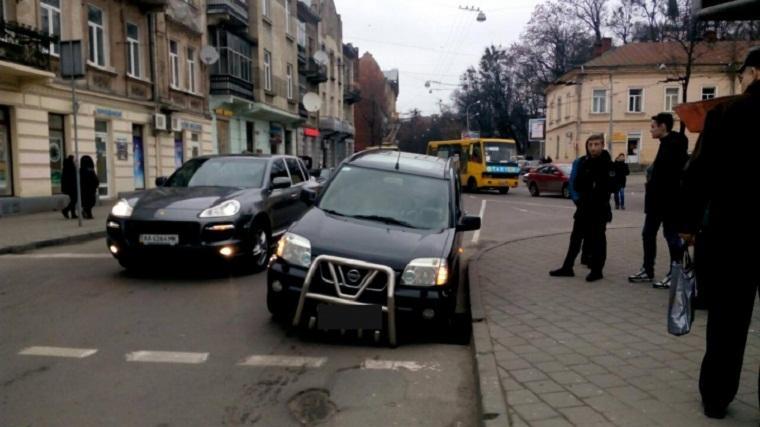 Через прорив водогону у центрі Львова автомобіль провалився під асфальт