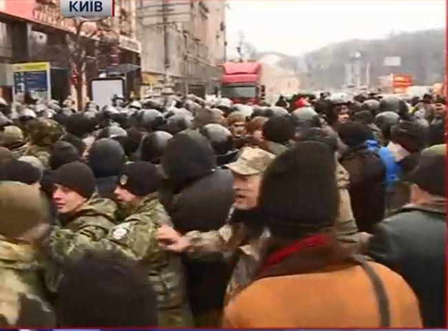 На Майдане правоохранители заблокировали грузовик со сценой, произошло столкновение с протестующими