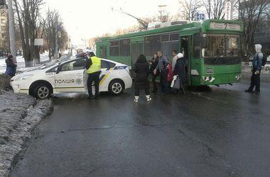 В Харькове авто патрульной полиции столкнулось с троллейбусом