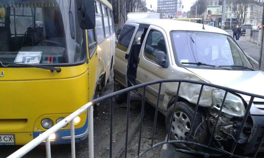 Під залізничним мостом на проспекті Чорновола у ДТП потрапила маршрутка (ФОТО)