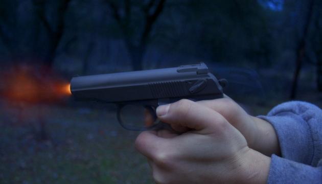 У Києві молодик погрожував школярам пістолетом