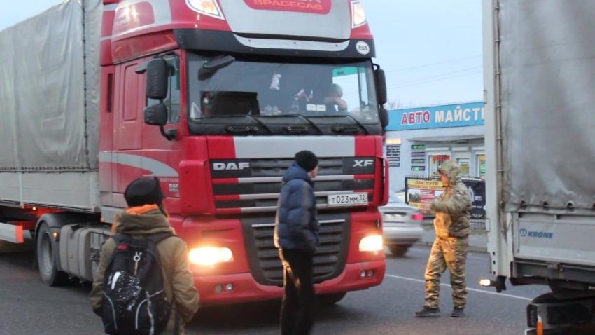 У Стрию «свободівці» розвернули назад 30 російських фур (ФОТО)