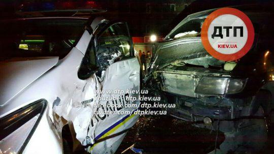 У Києві патрульний Toyota Prius потрапив у ДТП, постраждали двоє поліцейських (Відео)