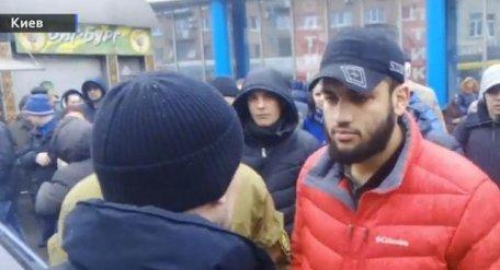 В Киеве водитель Mercedes-Benz при задержании укусил за ногу патрульного (Видео)