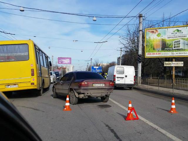 У Львові не розминулися легковик та маршрутка