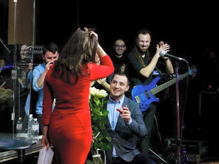 Учасник АТО на сцені освідчився відомій львівській співачці: буде весілля (ФОТО)